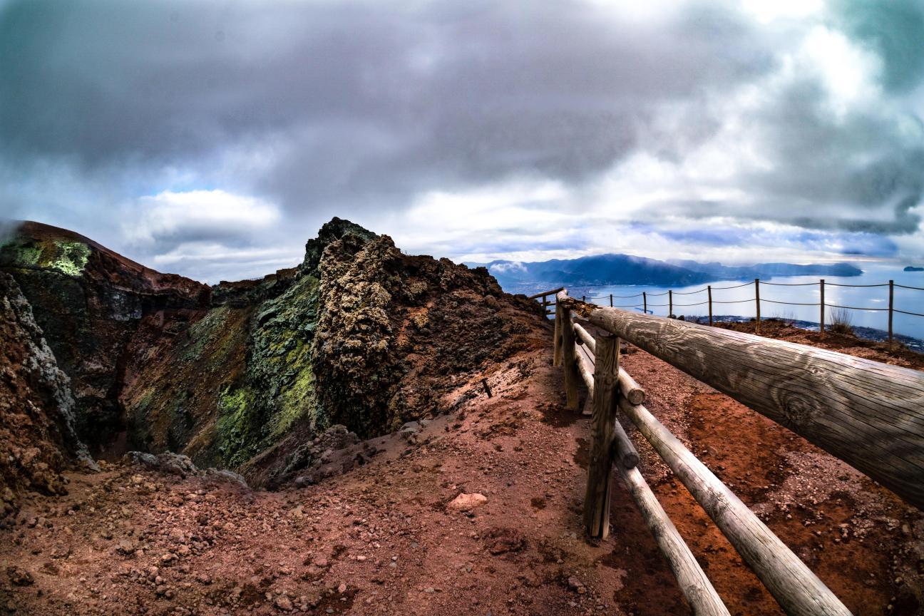 _IMA_Il cratere del Vesuvio e il Golfo di Napoli