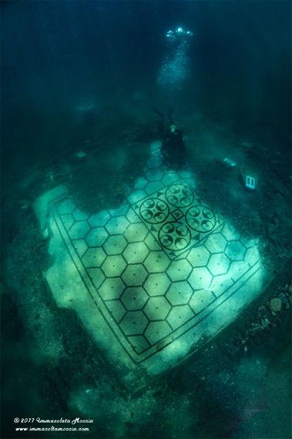Operatore archeologico subacqueo mentre effettua la restaurazione del mosaici