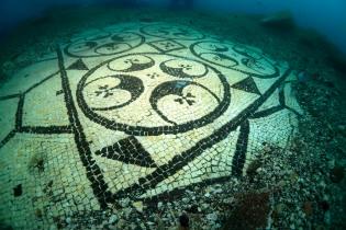 Il mosaico con motivi esagonali